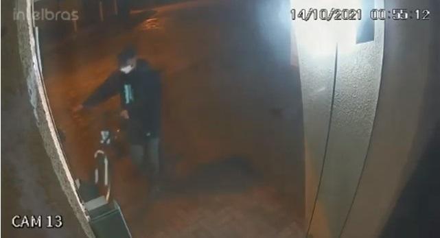 VÍDEO : Câmera registra furto de bicicletas em condomínio no Floresta