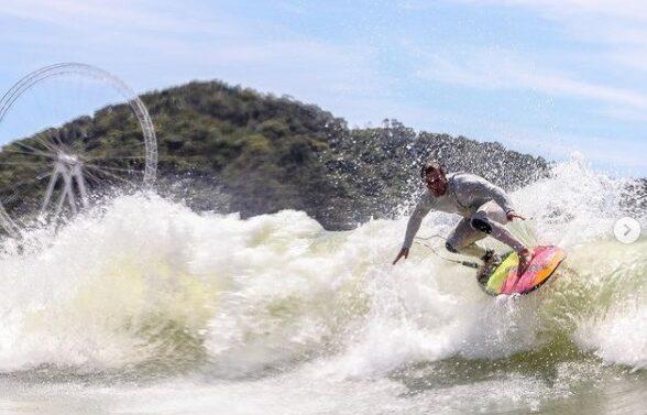 VÍDEO : Surfista se depara com tubarão em Balneário Camboriú