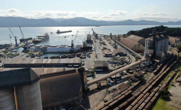Trens respondem por 50% da carga de grãos no Porto de São Francisco do Sul